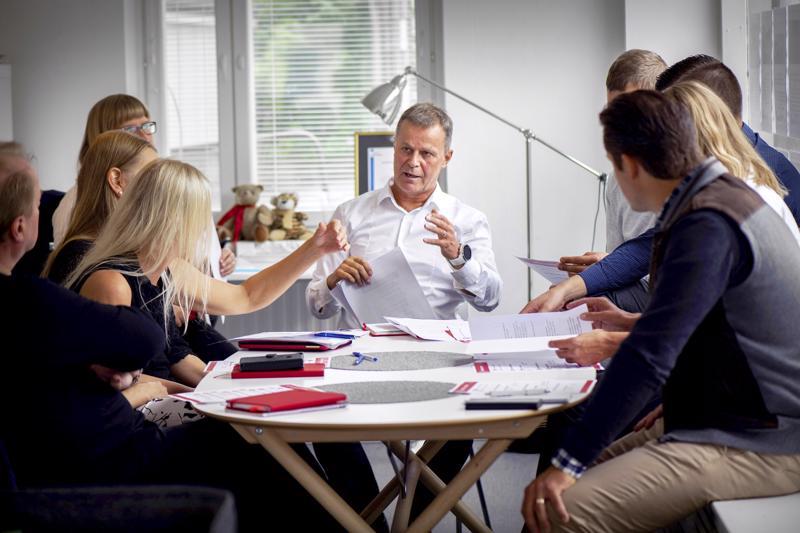 Björndahl Akatemiassa harjoitellaan muun muassa johtamisajattelua ja myyntitilanteita.