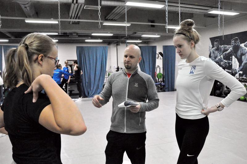 Jukka Shemeikka antaa ohjeita Maiju Rajaniemelle (vas) ja Emilia Härköselle keskivartalon liikkeistä, jotka vaikuttavat uimarin hengitystekniikkaan.