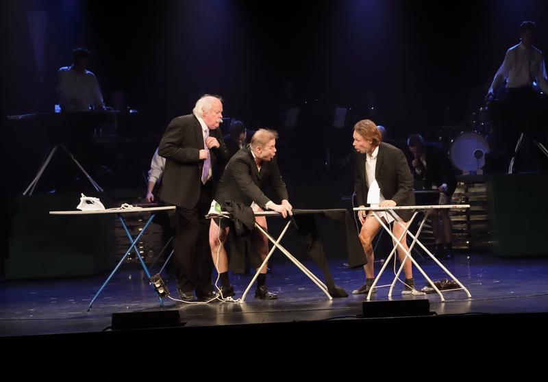 Anders Fredriksson, Jan Molander ja Ralf Sundstedt naurattavat sketsissä.