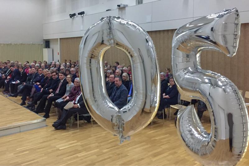 Ådalenin kouluun kerääntyi salin täydeltä yleisöä, kun Kruunypyyyn kunta järjesti juhlat 50-vuotisen taipaleensa kunniaksi.