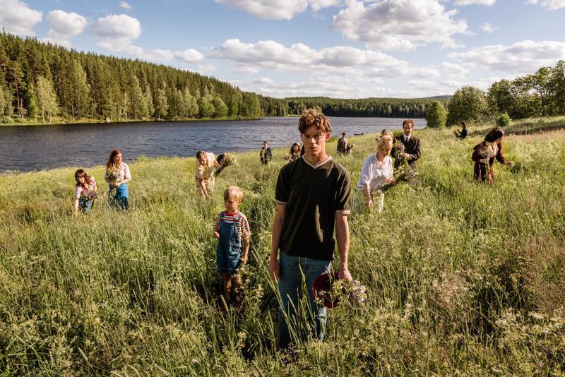 Pääosassa elämän hauraus. Erik Lipschitz (Rasmus Luthander) suvun ympäröimänä Jonas Gardellin uudessa ruotsalaissarjassa.