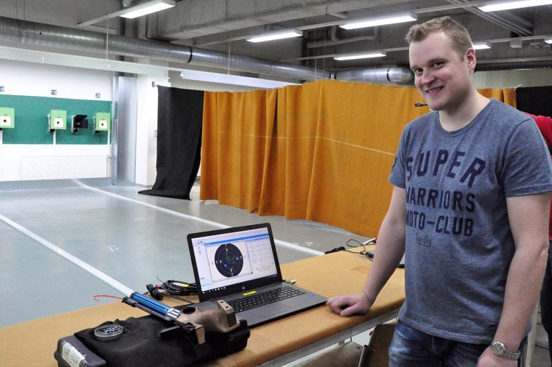 Ismo Haapala esittelee seurakaverinsa osumia tietokoneen näytöltä.