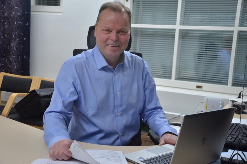 Toholammin kunnanjohtaja Jukka Hillukkala etsii lisää työntekijöitä paikkakunnan yrityksiin.