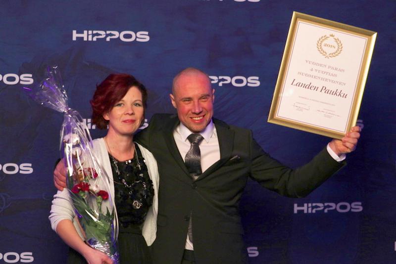Jatta Hyyryläinen (vas.) ja Jani Suonperä pokkasivat Ravigaalassa Landen Paukun palkinnon.