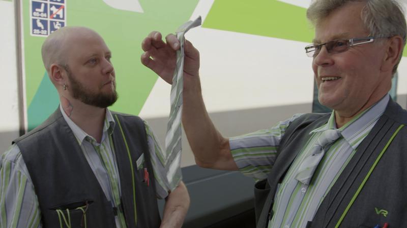 Konduktöörit Mauno ja Markus tekevät työtään sarjan ensimmäisessä osassa. Matkustaja tulee harvoin ajatelleeksi, kuinka monesta palasta onnistunut junamatka koostuu.