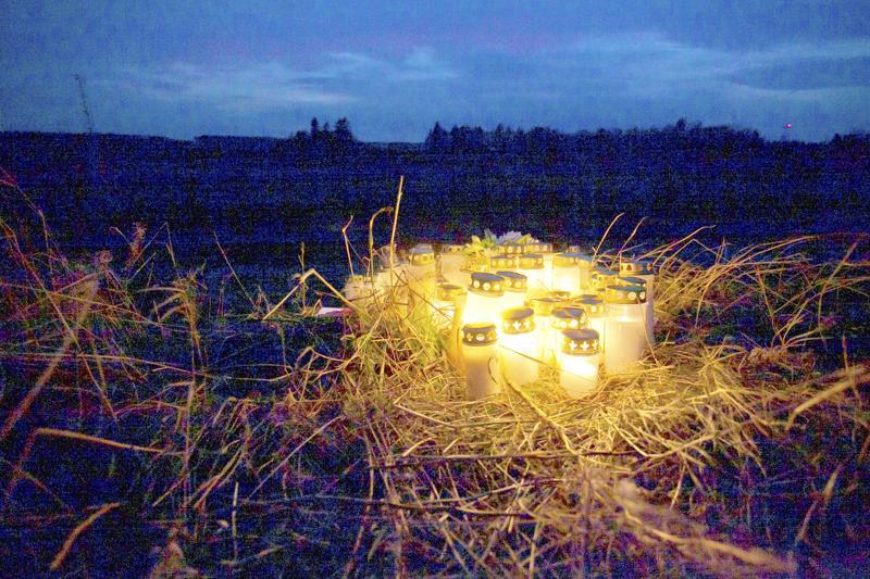 Kynttilät valaisivat lokakuussa Kalajoella onnettomuuspaikka, jossa kuoli kolme nuorta miestä.