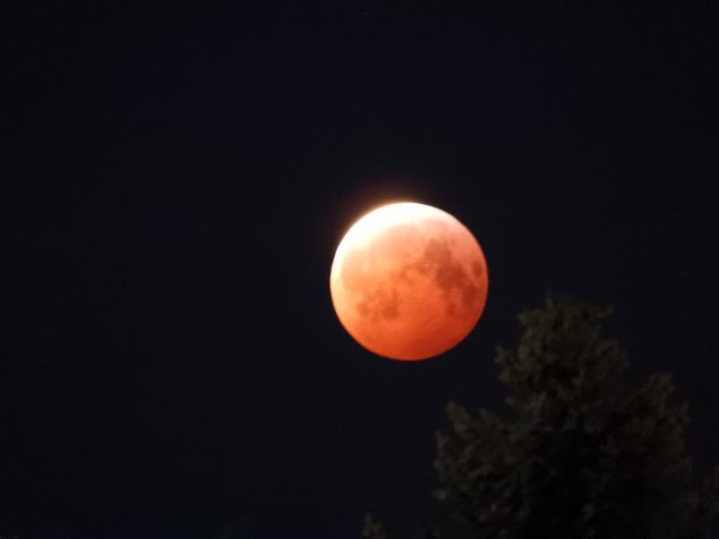 Verikuu valaisi taivaan Kalajoellakin maanantaiaamuna. Täydellinen kuunpimennys vaihe käynnistyi kello 6.41 ja päättyi 7.43.