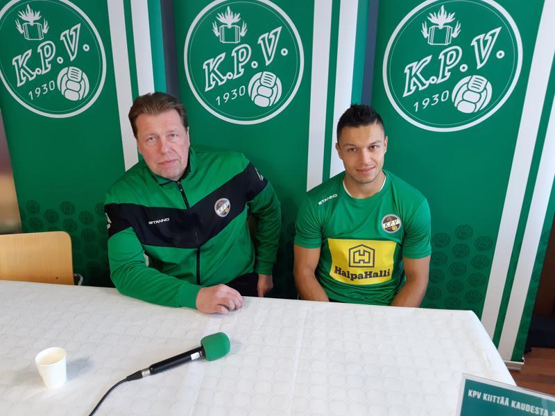 Valmentaja Jarmo Korhonen (vas.) on tyytyväinen, kun Hendrik Helmke tulee KPV:n paitaan.