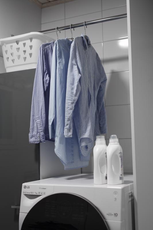 Yhdistelmäpesukone vapautti tilaa vaateripustimille, koska erillistä kuivausrumpua ei enää tarvittu pesukoneen päälle.