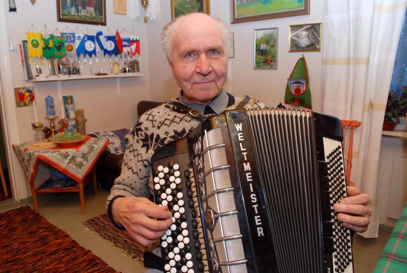 Koko ikänsä Kytökylän mökkiperällä elänyt Eero Nurmesniemi oli periaatteen mies. Rehuruokia hän ei aikonut ruveta syömään eikä muuttaa kirkokylälle kirveelläkään.
