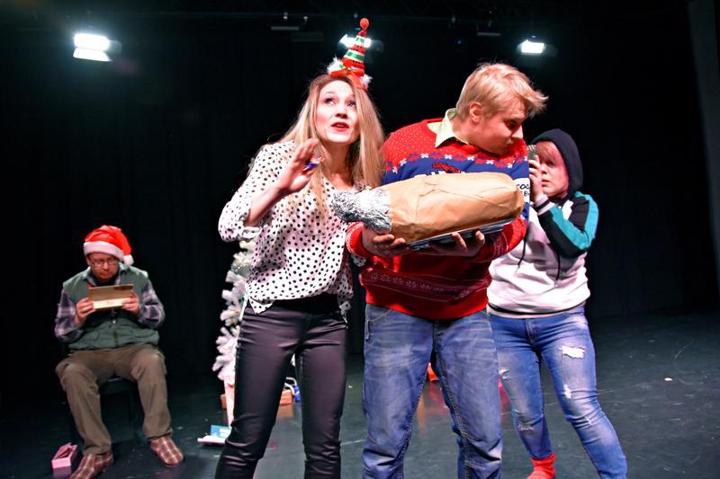 Kalevi Kärpänen (Kari Jääskelä, istumassa) tunkee itsensä Rainen  pojan perheen (Hanna Tervoja, Jiri Björn, Sannukka Lumiaho) joulunviettoonkin.