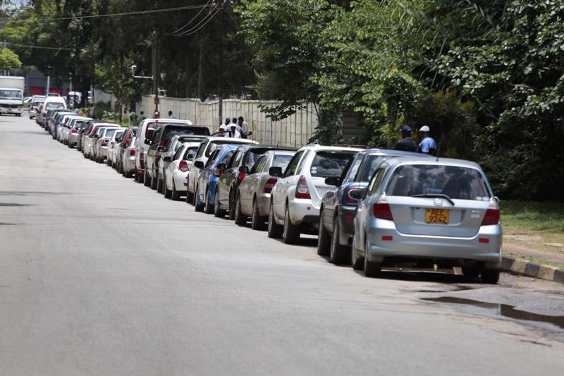 Autoilijat jonottivat ostaakseen polttoainetta Zimbabwen Hararessa viime viikon lopulla.
