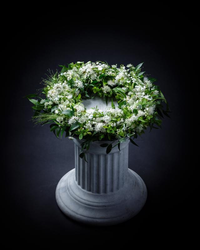 Symphony-sarjan kukkakranssissa on valkoisia kukkia, joista suurin osa löytyy Suomen luonnosta.