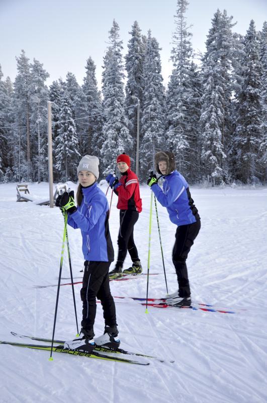Ladulle! Iina Rantakangas (vas.), Roope Etelämäki ja Rasmus Remesaho ovat kasvaneet hiihdon parissa, mutta harrastus sopisi heistä uusillekin kokeilijoille.