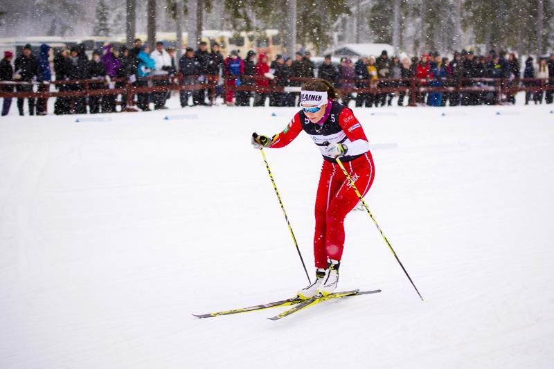 Elina Läspä pitää maakuntaviestiä tapahtumana, jossa on mukava olla mukana. Uudenvuodenpäivänä Haapajärvellä hän kuului Nivalan joukkueen valopilkkuihin kellottamalla naisten osuudella toiseksi nopeimman osuusajan.
