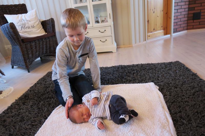 Eetu on iloinen pikkuveljestään. Nyt perheessä on kaksi poikaa ja kolme tyttöä.