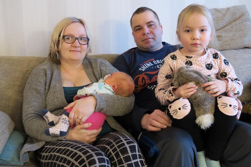 Myllylän perheen tyttövauvalle on jo nimi päätettynä, mutta se on vielä salaisuus. Äiti Jenni, isä Petri ja Miia-tytär yhteiskuvassa.