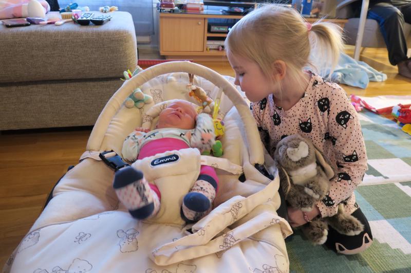 Miia oli jo kovasti odottanut pikkusiskoa. Hän hoitaa vauvaa mielellään.