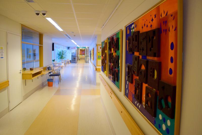 Haapajärven terveyskeskuksen vanhan puolen aula on jäänyt hiljaiseksi, kun lääkäreiden vastaanottotilat on siirretty uudelle puolelle.