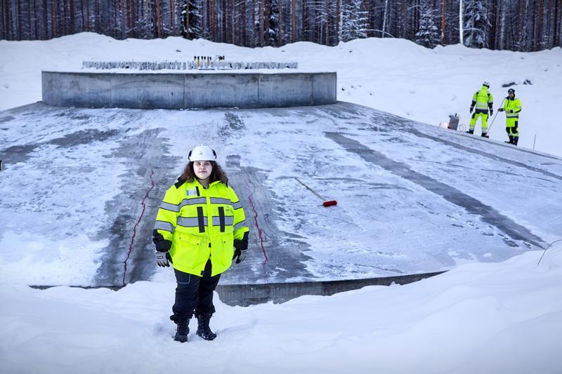 Kannuksen Kuuronkalliolle nouseva tuulivoimapuisto on hyvin aikataulussaan, kertoo työmaapäällikkö Hanna Lehojärvi. Kuuden voimalan perustukset ovat jo valmiina.