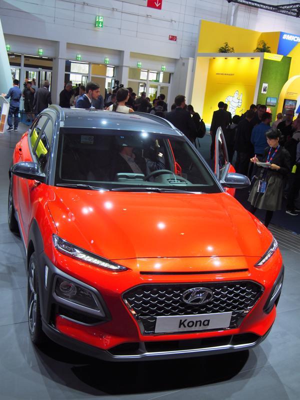 Hyundai Konassa voi kikkailla katon värillä.