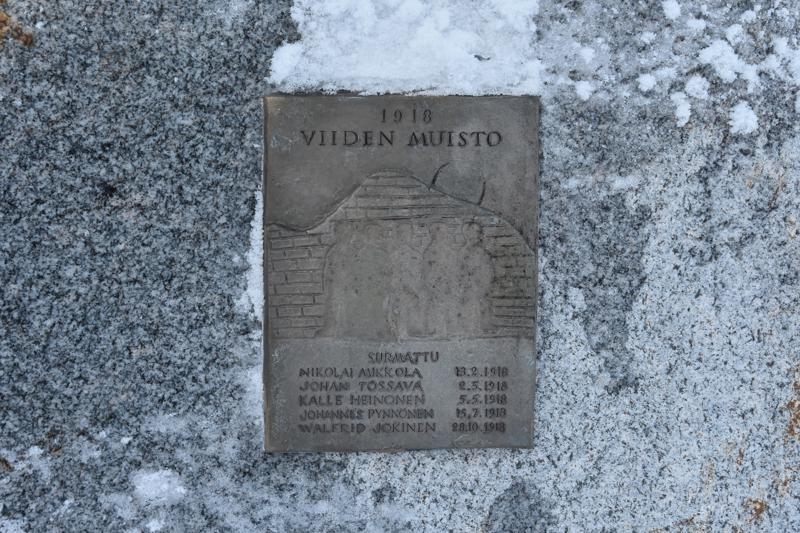 Kunniaa. Viiden muisto -monumentti paljastettiin viime vuoden elokuussa Kannuksen Mäkiraonmäellä.