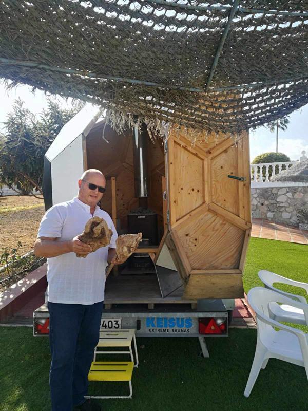 Avantouintia harrastanut Hemmo Saartoala sanoo olevansa saunahullu. Hän on tehnyt yhteensä kymmenen saunaa itse ja nyt kuumennetaan sauna oliivipuun juurilla.