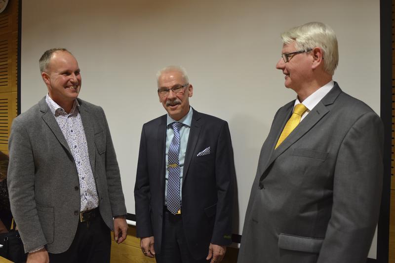 Kirkkovaltuuston edellinen puheenjohtaja Pekka Hulkko (oik.) jatkaa kirkkovaltuutettuna. Uudeksi puheenjohtajaksi valittiin Jukka Paananen (vas.), ja varapuheenjohtajana jatkaa Hans Snellman.