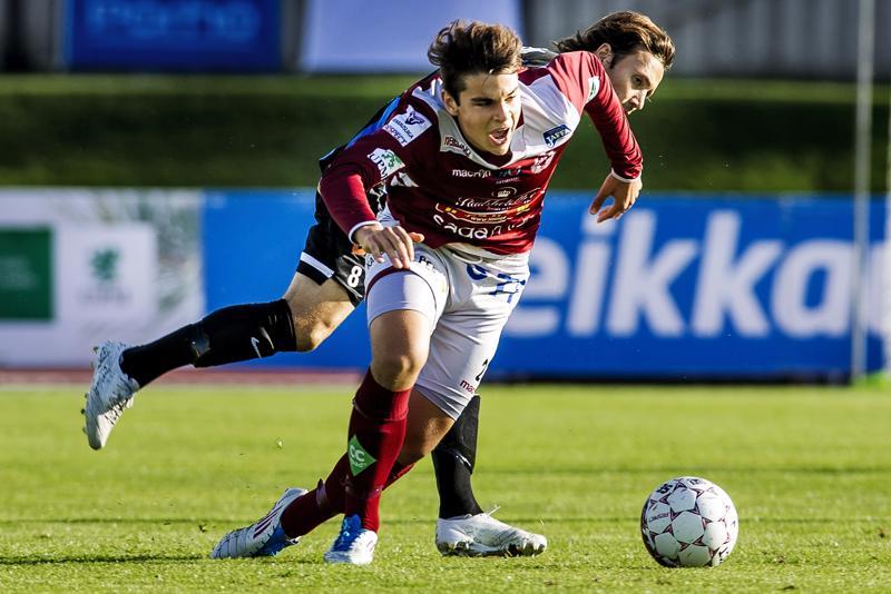 Sergei Eremenko kamppailemassa Jaron paidassa nykyään KPV:ssä pelaavaan Sebastian Mannströmin kanssa vuonna 2015.
