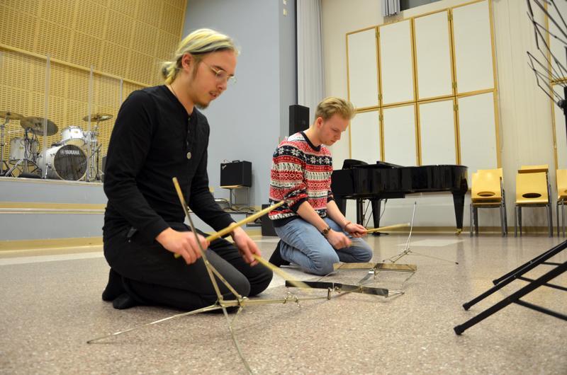 Lasarus Blomster ja Viljami Riihimäki soittavat The Covers -teoksessa nuottitelineitä.