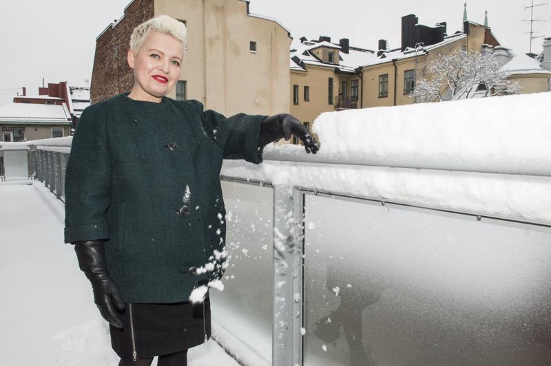 Aija Rouhiaisen 1960-luvun tyylinen talvitakki on tehty vanhan kääntöturkin päällyskankaasta.
