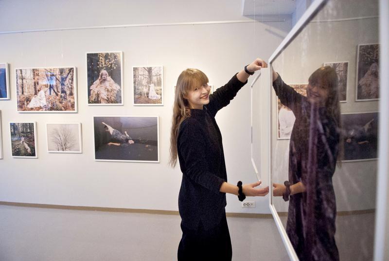 Emmi Hyyppä toi valokuvanäyttelyn kotiseuduilleen Kokkolaan.