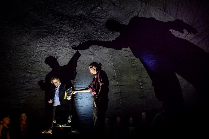 Tähtitieteilijä Marko Aittola (vas.) ja kraatteritutkija Teemu Öhman pääsivät vastailemaan lasten kinkkisiin kysymyksiin, kun Lasten yliopiston lukuvuosi alkoi muun muassa avaruusteemalla.