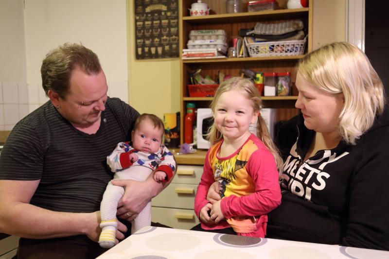 Kolmevuotiaan Veeran oma juttu on seurakunnan kerho, jossa hän käy keskiviikkoisin. Muut lapset ovat koulussa ja Niko Tanska on lähdössä iltavuoroon töihin. Teija Tanska on ison perheen äiti, jolle äitiys on luontevaa.