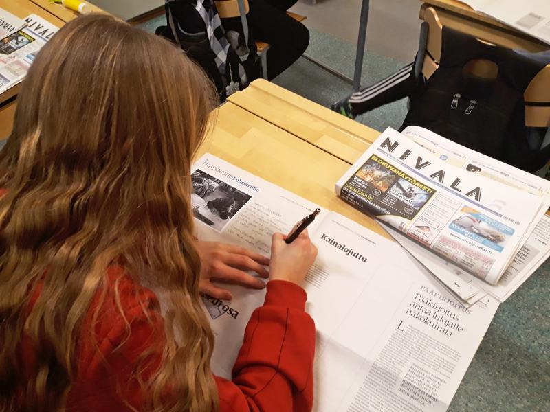 Vasemmalla: Välikylän oppilaat tekivät oman sanomalehden kotiin vietäväksi.