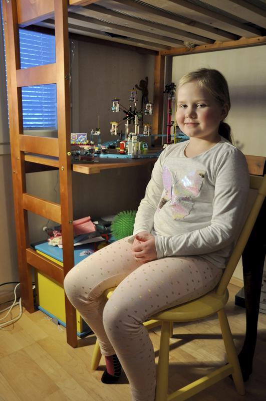 Onnea! Alli Lintilä kokoaa mielellään Legoja, ja parhaat pidetään huoneessa esillä kuten taustalla näkyvä Lego Friends -huvipuistolaite. Kotinavetassa Alli ratsastaa lehmillä melkein joka kerta. (Pikkukuva: Minna Lintilä)