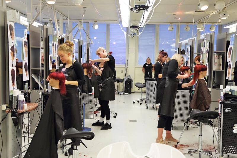 36 hiusalan opiskelijaa ammattioppilaitoksista ympäri Suomea kisasi tiistaina semifinaaleissa Nivalassa finaalipaikoista Joensuun Taitaja 2019 -kilpailuun.