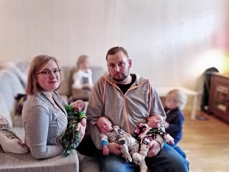 Vera Saarinen ja Iiro Vilkas iloitsevat riskiraskauden päättymisestä onnellisesti; kolmoset Oula, Eliel ja Iisa syntyivät etuajassa, mutta hyväkuntoisina.