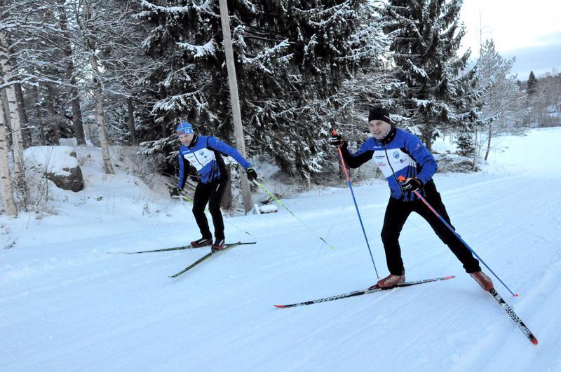Jorma Harju (vas.) ja Tero Hautamäki testasivat Köykärin kisaladut ja maalialueen nousun.