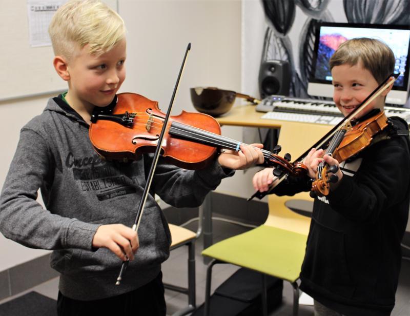Kaustislaiset Arttu Stenman (vas.) ja Valle Varila haaveilevat menestyksekkäästä urasta viulunsoittajina.