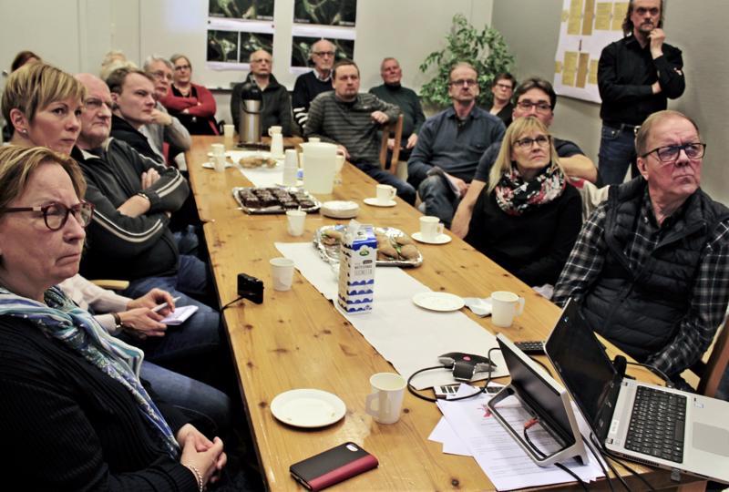 Lagmansgårdenissa järjestetyssä tiedotus- ja keskustelutilaisuudessa tuolit täyttyivät paikallisista osallistujista.