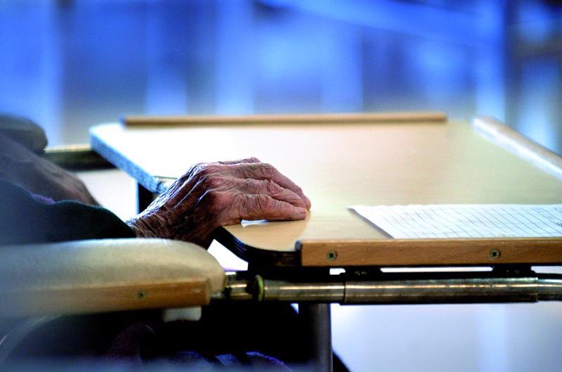 Kirjoittaja toivoo inhimillistä ja kunnioittavaa kohtelua vanhuksille.