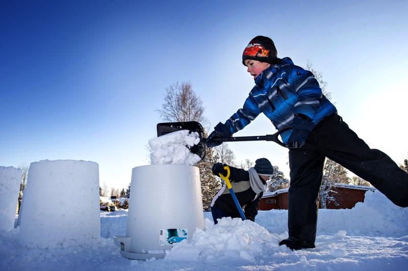 Taustalla ahertavaa taiteilija Sanna-Maria Prittistä auttamassa linnamuotien täyttämisessä Valtteri Huttunen