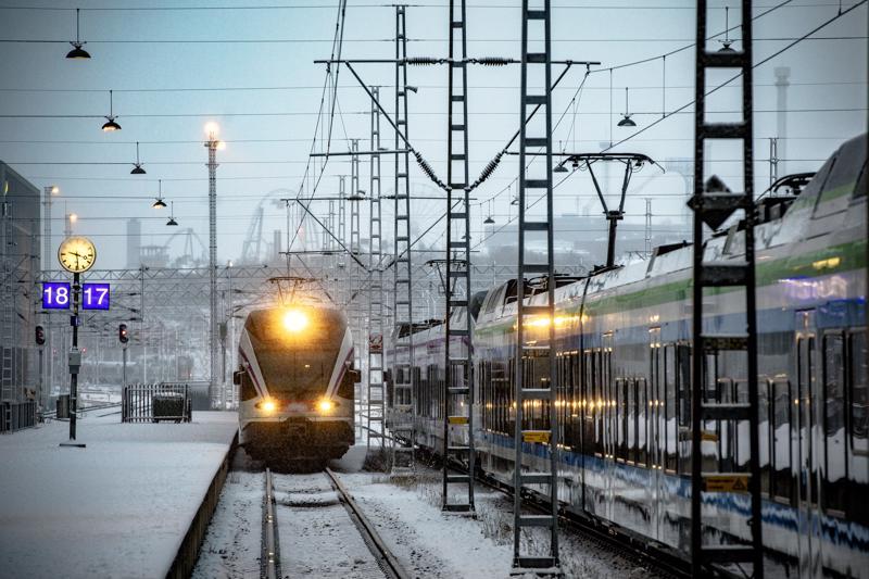Useampi juna oli viikonloppuna yli tunnin myöhässä.