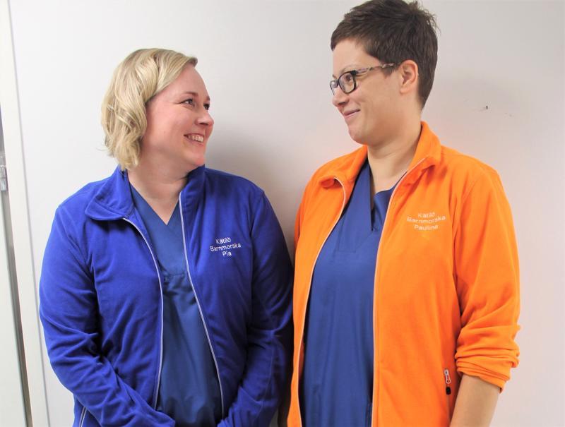 Kokkolalaiset kätilöt Pia Sillanpää (vas.) ja Pauliina Sillanpää sanovat, että kätilön työssä tarvitaan myös näyttelemisen lahjoja.