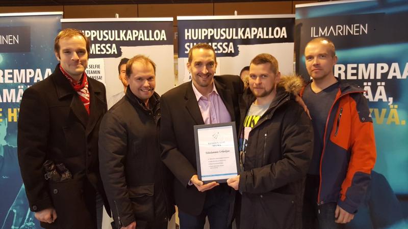 Suomen paras sulkapalloseura. Toholammin Urheilijoiden puolesta palkintoa olivat Vantaalla noutamassa Janne Laakso (vasemmalta), Masi Määttälä, Teppo Seppälä, Jani Kemppainen ja Markus Myllymäki.