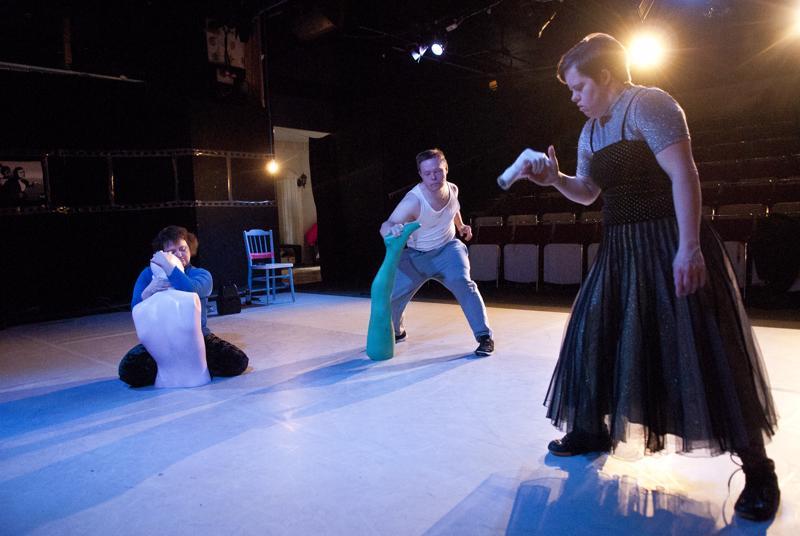 Maria Lahti, Jarmo Patana ja Sanna Tornikoski nähdään kaupunginteatterin lavalla Kvartetto-teoksessa.