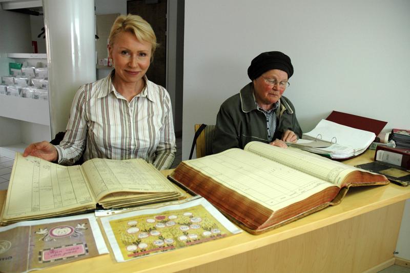 Raisa Cacciatore kävi kymmenen vuotta sitten etsimässä Haapaveden kirkonkirjoista tietoja isänisästään. Kaverina hänellä oli Terttu Tulppo, joka on sukua Raisalle isänäidin kautta.