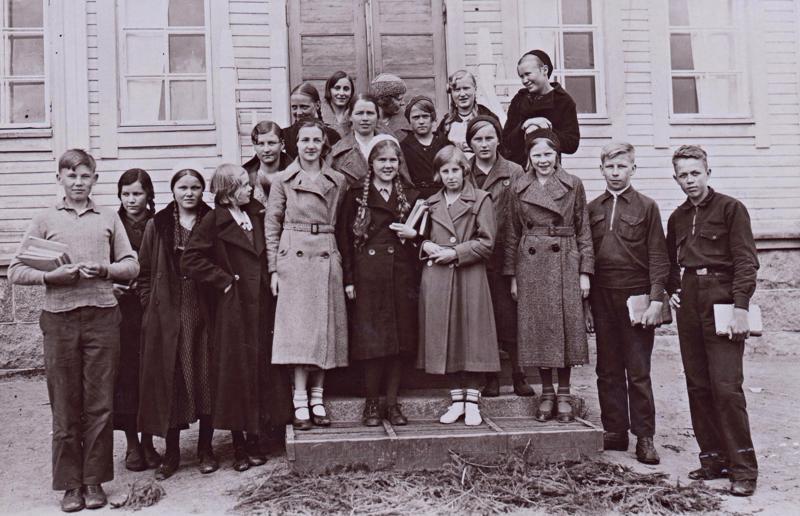 Orvo Johannes Alatalo Haapaveden yhteiskoulun luokkakuvassa äärimmäisenä vasemmalla.