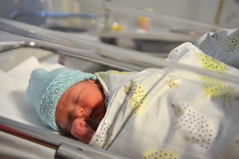 Ylivieskalaisten Helmi Ollilan ja Ilari Kärkkäisen vauva syntyi Kokkolassa. Kuvassa vain kahdeksan tunnin ikäinen poika pääsee nauttimaan ensimmäisistä päivistään molempien vanhempien kanssa perhehuoneessa.